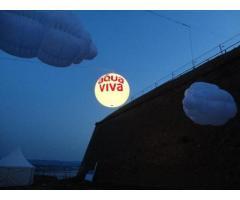 Cepelini, velike lopte, reklama iznad grada sa svetlom