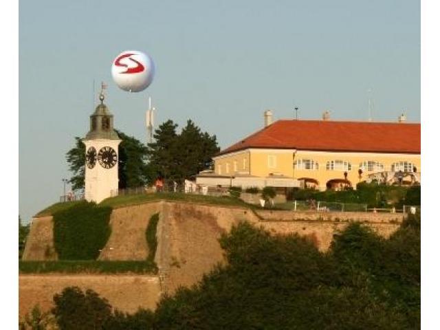 Cepelini, velike lopte, reklama iznad grada sa svetlom - 6/8